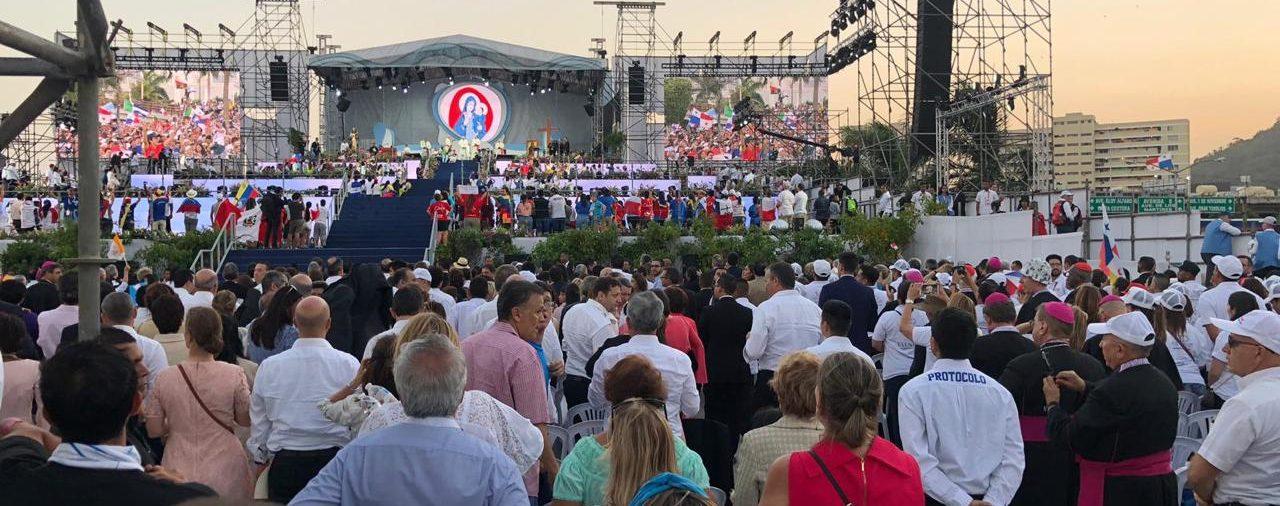24. VIDEO | BIENVENIDA DE LOS JÓVENES AL SANTO PADRE